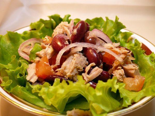 Овощной салат с тунцом на тарелке
