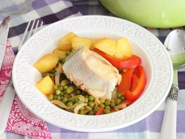 Филе рыбы с овощами на белой тарелке
