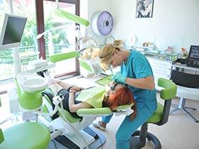 Стоматолог лечит кариес