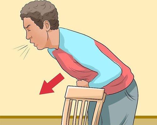 человек опирается на спинку стула